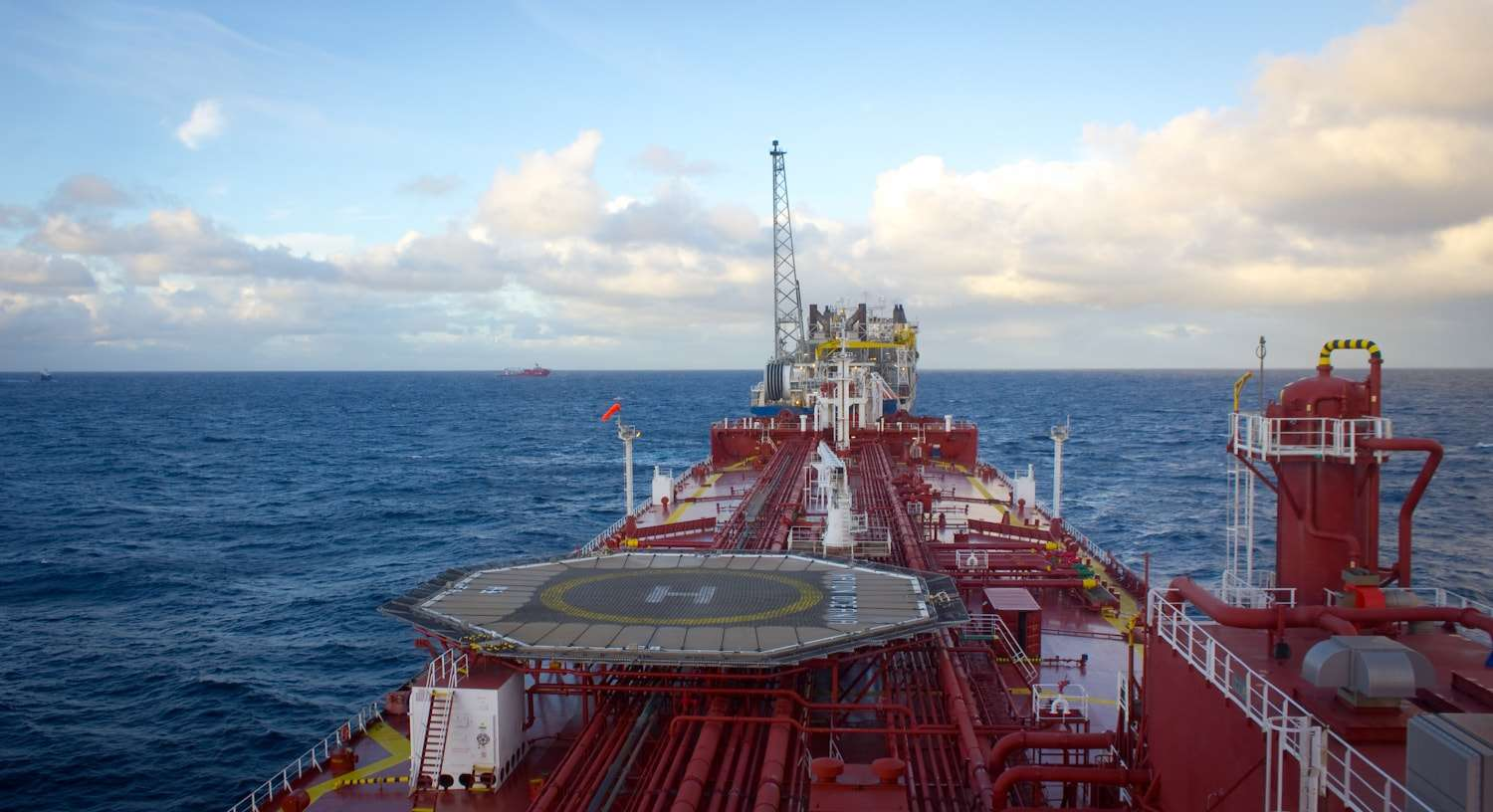 Oil_tanker_approaching_FPSO-min