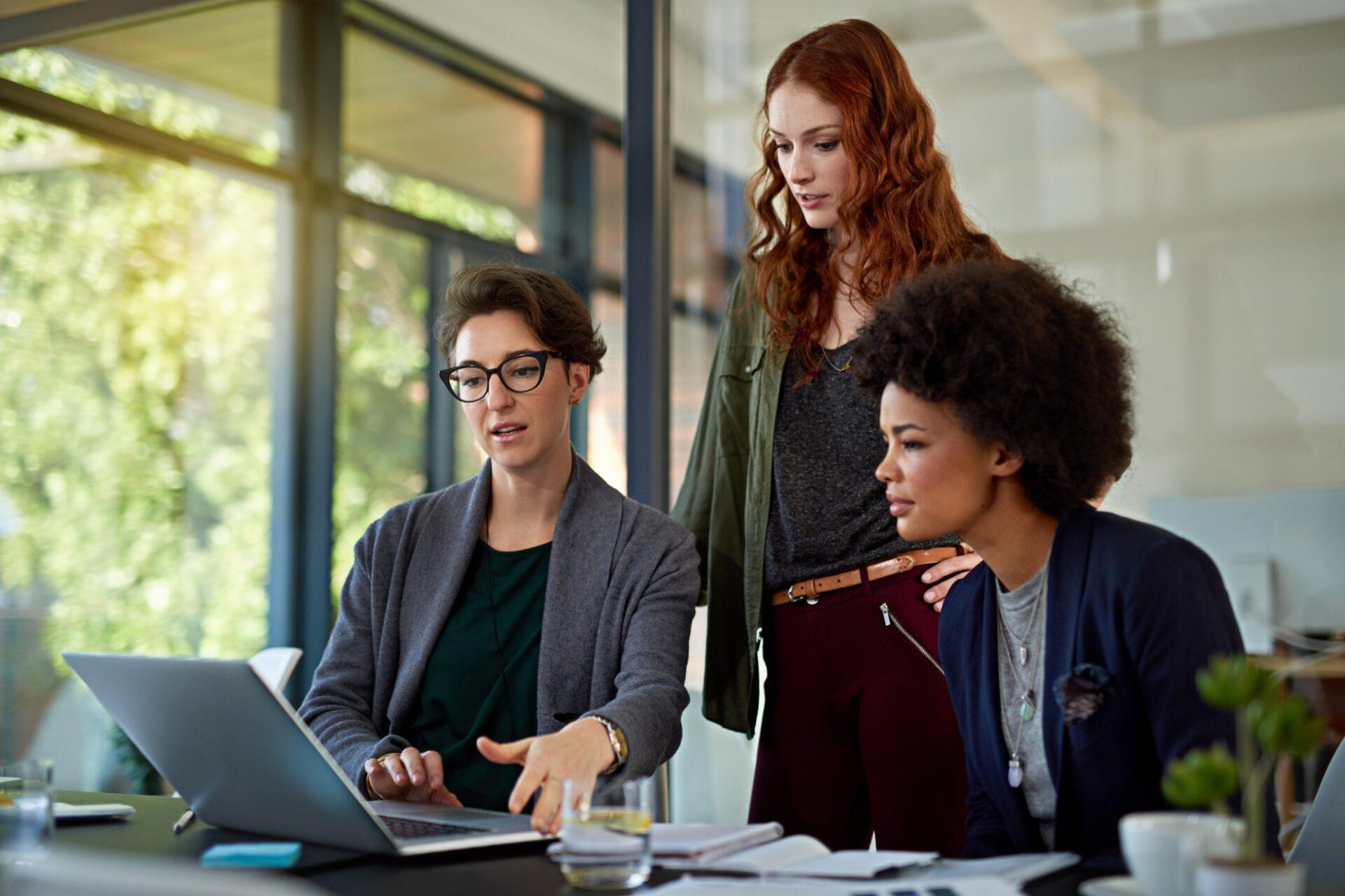 Mulheres olhando para um computador
