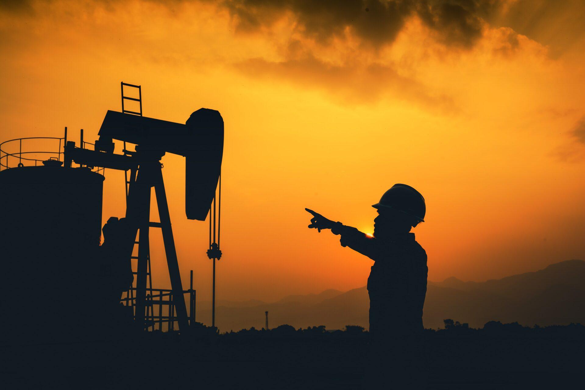 homem trabalhador em plataforma de petróleo